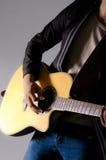 Jugar al hombre de la guitarra. Fotografía de archivo libre de regalías