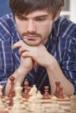 Jugar al juego de ajedrez Imagenes de archivo