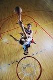 Jugar al juego de baloncesto Foto de archivo libre de regalías