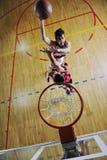 Jugar al juego de baloncesto Imagen de archivo libre de regalías