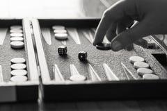 Jugar al juego del backgammon Imagen de archivo libre de regalías