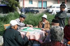 Jugar al juego del mahjong Imagenes de archivo