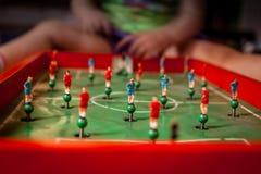 Jugar al juego del tablero de la mesa del fútbol Imágenes de archivo libres de regalías