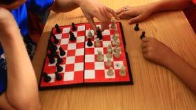 Jugar al rey del ajedrez almacen de video