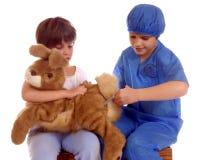 Jugar al veterinario Fotos de archivo