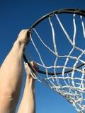 Jugar a baloncesto fotos de archivo