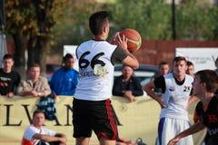 Jugar a baloncesto Foto de archivo libre de regalías
