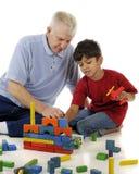 Jugar bloques con el Grandpa imagen de archivo libre de regalías