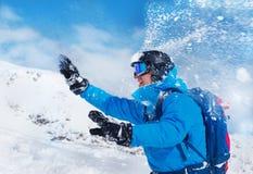 Jugar bolas de nieve en las montañas Fotos de archivo libres de regalías