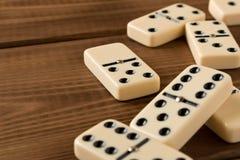 Jugar domin?s en una tabla de madera Efecto de domin? fotos de archivo libres de regalías