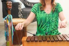 Jugar el balafon, instrumento africano Imagen de archivo libre de regalías