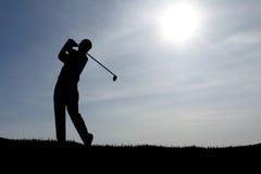 Jugar el cielo azul del golf Imagenes de archivo