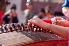 Jugar el guzheng Imagen de archivo libre de regalías