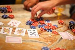Jugar el póker con los amigos Imagenes de archivo