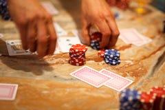 Jugar el póker con los amigos Foto de archivo libre de regalías
