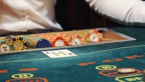 Jugar el póker el distribuidor autorizado trata las tarjetas y el juego comienza almacen de video