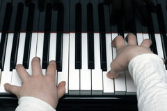 Jugar el piano Imágenes de archivo libres de regalías