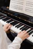 Jugar el piano Foto de archivo