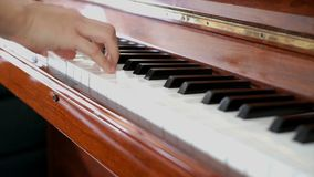 Jugar el piano con ambas manos almacen de video