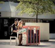 Jugar el piano debajo del sol Foto de archivo libre de regalías