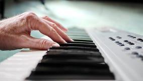 Jugar el piano o el teclado Imagen de archivo libre de regalías