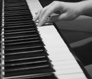 Jugar el piano viejo fotografía de archivo libre de regalías