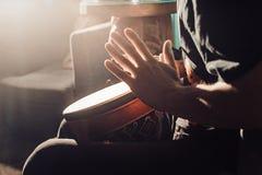 Jugar el tambor Imágenes de archivo libres de regalías
