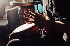 Jugar el tambor Imagen de archivo