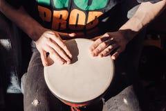 Jugar el tambor Imagenes de archivo