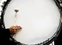 Jugar el tambor bajo Imagen de archivo libre de regalías