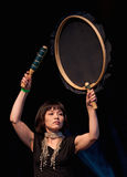Jugar el tambor del Inuit Imagenes de archivo