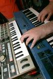 Jugar electro música imagen de archivo