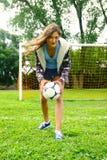 Jugar a fútbol Fotografía de archivo