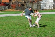 Jugar a fútbol Imagenes de archivo