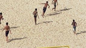 Jugar a fútbol en la playa de Copacabana almacen de metraje de vídeo