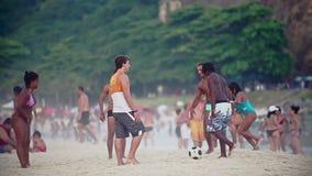 Jugar a fútbol en la playa de Copacabana metrajes