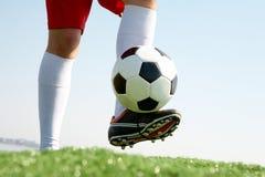 Jugar a fútbol Fotografía de archivo libre de regalías