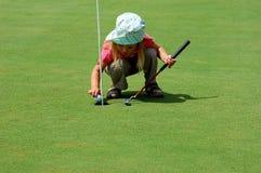 Jugar a golf imagen de archivo