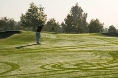 Jugar a golf Foto de archivo
