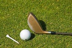 Jugar a golf Foto de archivo libre de regalías