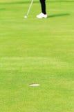 Jugar a golf Imagen de archivo libre de regalías