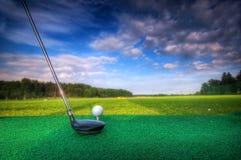 Jugar a golf. Club y bola en te Fotos de archivo