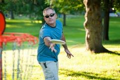 Jugar a golf del disco Foto de archivo