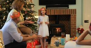 Jugar a juegos tradicionales de la Navidad metrajes