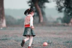 Jugar la bola Imagen de archivo