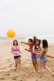 Jugar la bola de playa Imagen de archivo libre de regalías