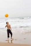 Jugar la bola de playa Imagenes de archivo