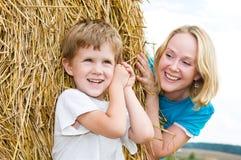 Jugar la madre y al hijo sonrientes Fotografía de archivo