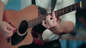 Jugar la melodía en la guitarra metrajes