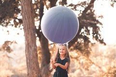 Jugar a la muchacha con el globo Foto de archivo